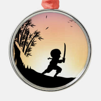 Bambú del corte del ninja de la silueta con la adorno redondo plateado