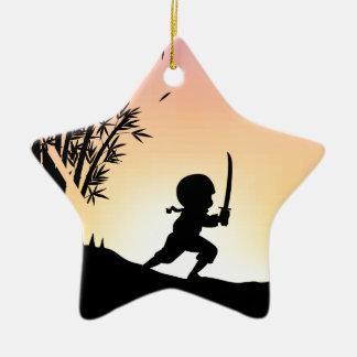 Bambú del corte del ninja de la silueta con la adorno de cerámica en forma de estrella