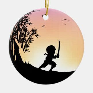 Bambú del corte del ninja de la silueta con la adorno redondo de cerámica