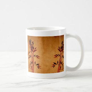 Bambú en el pergamino taza básica blanca
