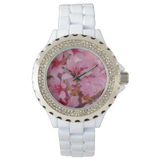 Bañado en flores de cerezo japonesas rosadas relojes