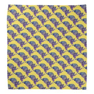 Bandana Tortuga de mar modelada en amarillo