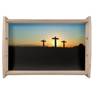Bandeja Las cruces de la crucifixión en la puesta del sol