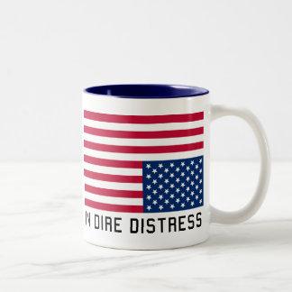 Bandera al revés en la desolación taza de café de dos colores