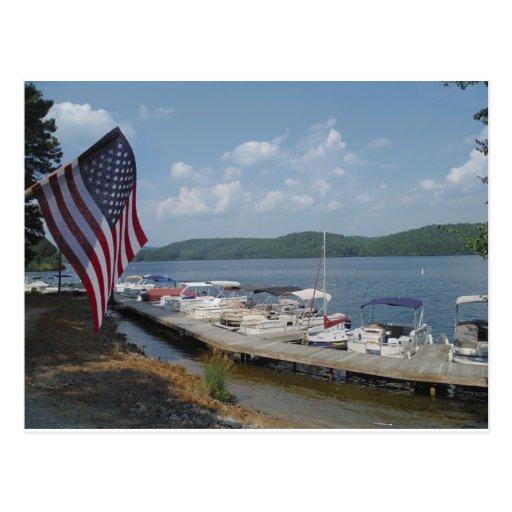 Bandera americana en el puerto deportivo en la pun tarjeta postal