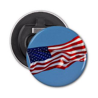Bandera americana en el viento abrebotellas redondo