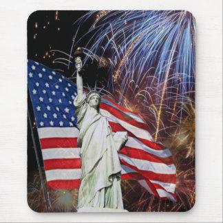 Bandera americana, fuegos artificiales y estatua alfombrilla de ratón