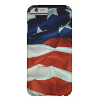 Bandera americana que vuela funda barely there iPhone 6