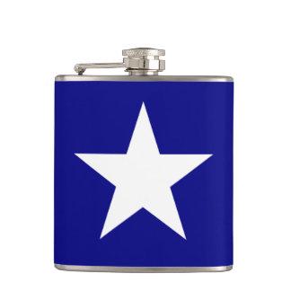 Bandera azul de Bonnie con el frasco blanco Petaca