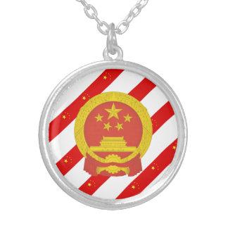 Bandera china de las rayas collar plateado