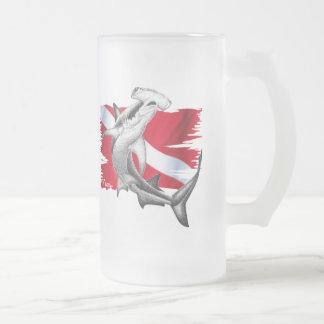 Bandera de la zambullida con el tiburón-buceador d tazas de café