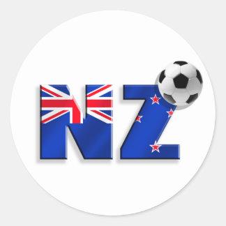 Bandera de los regalos del balón de fútbol de NZ Pegatina Redonda