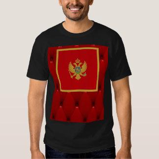 Bandera de lujo de Montenegro en fondo rojo del Camiseta