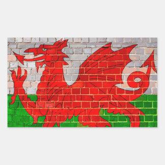 Bandera de País de Gales en una pared de ladrillo Pegatina Rectangular