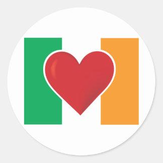 Bandera del irlandés del corazón pegatina redonda
