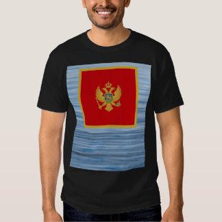 Bandera montenegrina que flota en el agua camisetas
