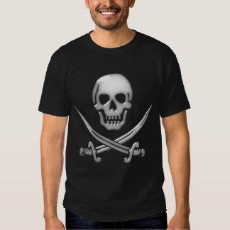 Bandera pirata vidriosa del cráneo y de la espada camisetas