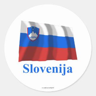 Bandera que agita de Eslovenia con nombre en Etiquetas Redondas