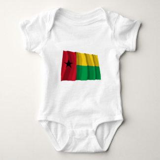 Bandera que agita de Guinea-Bissau Camisetas