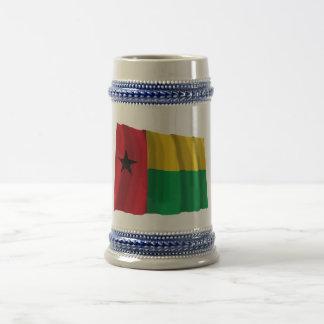 Bandera que agita de Guinea-Bissau Taza