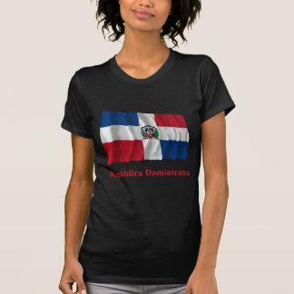 Bandera que agita de la República Dominicana con Camiseta
