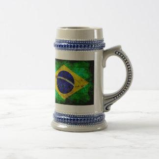 Bandera resistida del Brasil Jarra De Cerveza