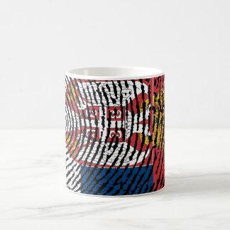 Bandera servia de la huella dactilar del tacto taza de café