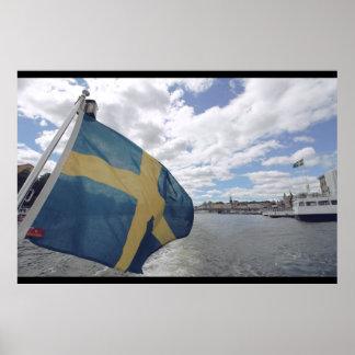 Bandera sueca en Estocolmo, Suecia; Agua; Verano Póster