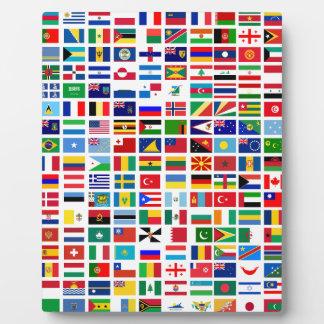 banderas del mundo contra blanco placa expositora