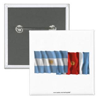Banderas que agitan de la Argentina y de Santiago Pins