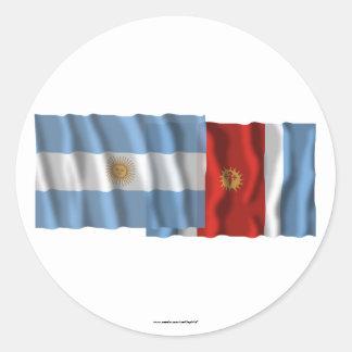 Banderas que agitan de la Argentina y de Santiago Pegatina Redonda