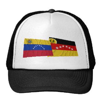 Banderas que agitan de Venezuela y de Miranda Gorro