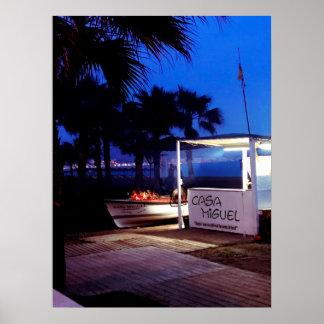 Barbacoa de la noche en la playa mediterránea en póster