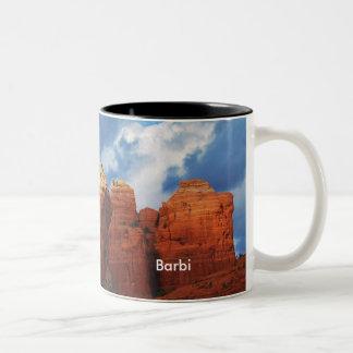 Barbi en la taza de la roca del pote del café