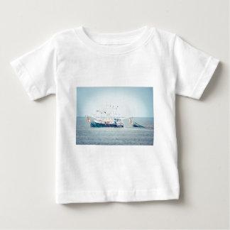 Barco azul del camarón en el océano camiseta de bebé