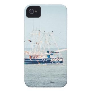 Barco azul del camarón en el océano carcasa para iPhone 4