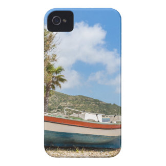 Barco colorido que miente en la playa griega funda para iPhone 4 de Case-Mate