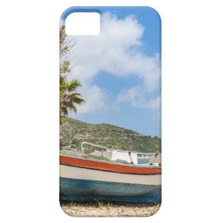 Barco colorido que miente en la playa griega funda para iPhone SE/5/5s
