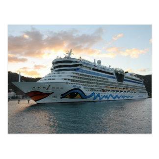 Barco de cruceros de AIDAluna en ciudad del camino Tarjeta Postal