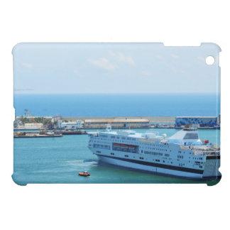 Barco de cruceros lujoso que sale del puerto de