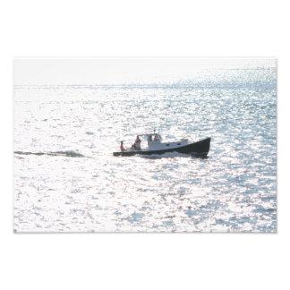 Barco de la comida campestre en el mar foto