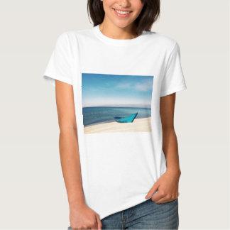 Barco de la turquesa en la playa camiseta