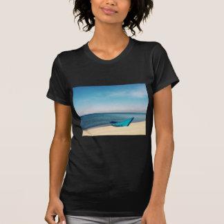 Barco de la turquesa en la playa camisetas