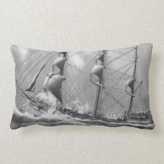 Barco de navegación en blanco y negro en los altos cojín