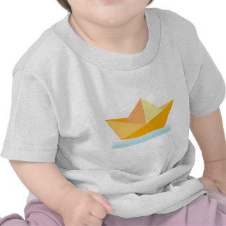 Barco de papel amarillo sobre mar azul camiseta