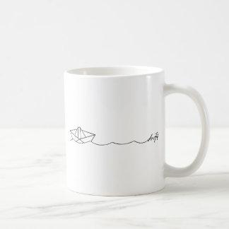 Barco de papel de la deriva taza clásica