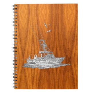Barco de pesca del cromo en la madera de la teca cuadernos