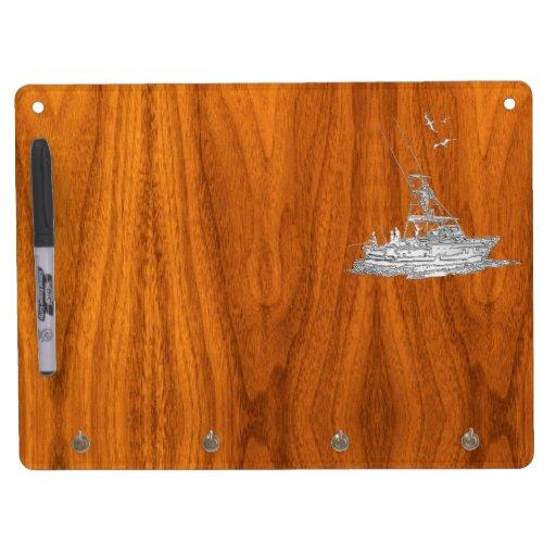 Barco de pesca del cromo en la madera de la teca pizarra blanca