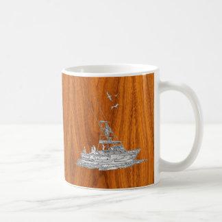 Barco de pesca del cromo en la madera de la teca taza de café