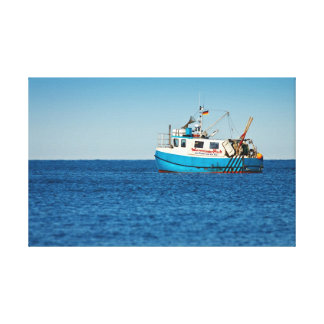 Barco de pesca en la orilla del mar Báltico Impresión En Lienzo Estirada